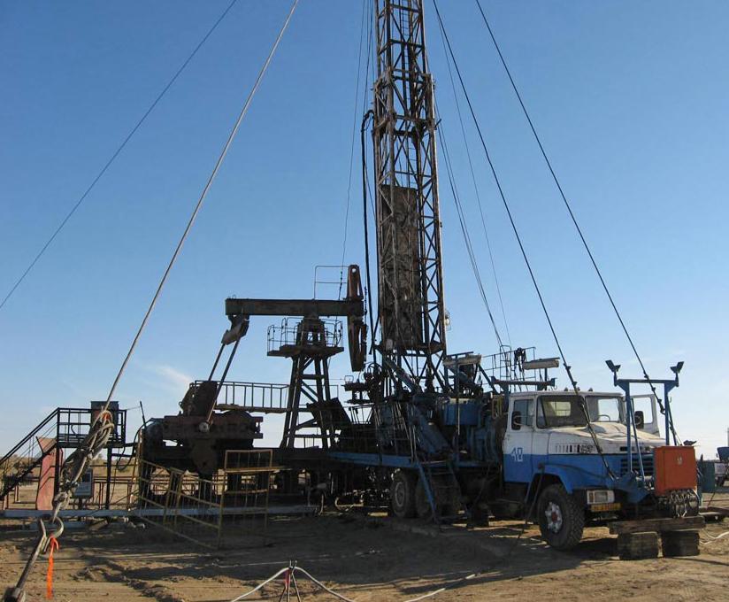 Imagen de una torre de reparación que se utiliza en los servicios para campos de petróleo personalizados