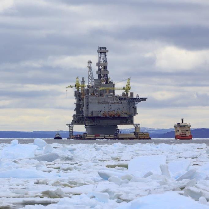 Torre de plataforma petrolera en un mar helado, donde se usan empaques de Novomet
