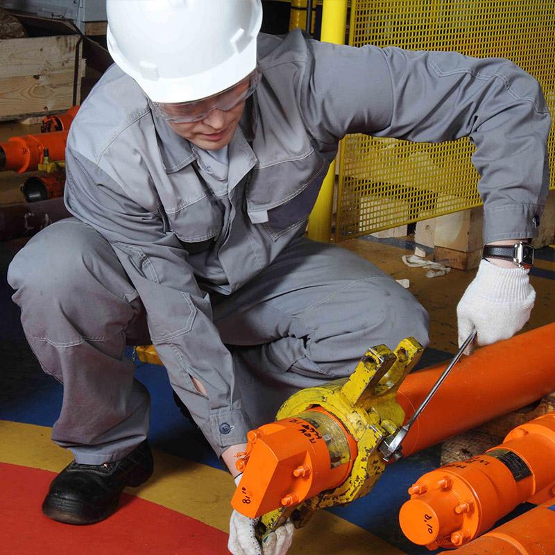 Trabajador preparando un sistema de BES de bajo caudal