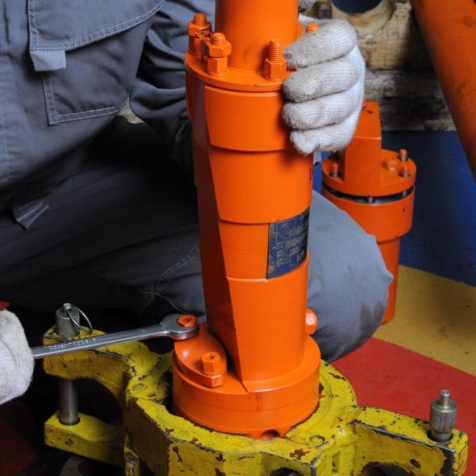 Trabajador instalando un motor de inducción asíncrono