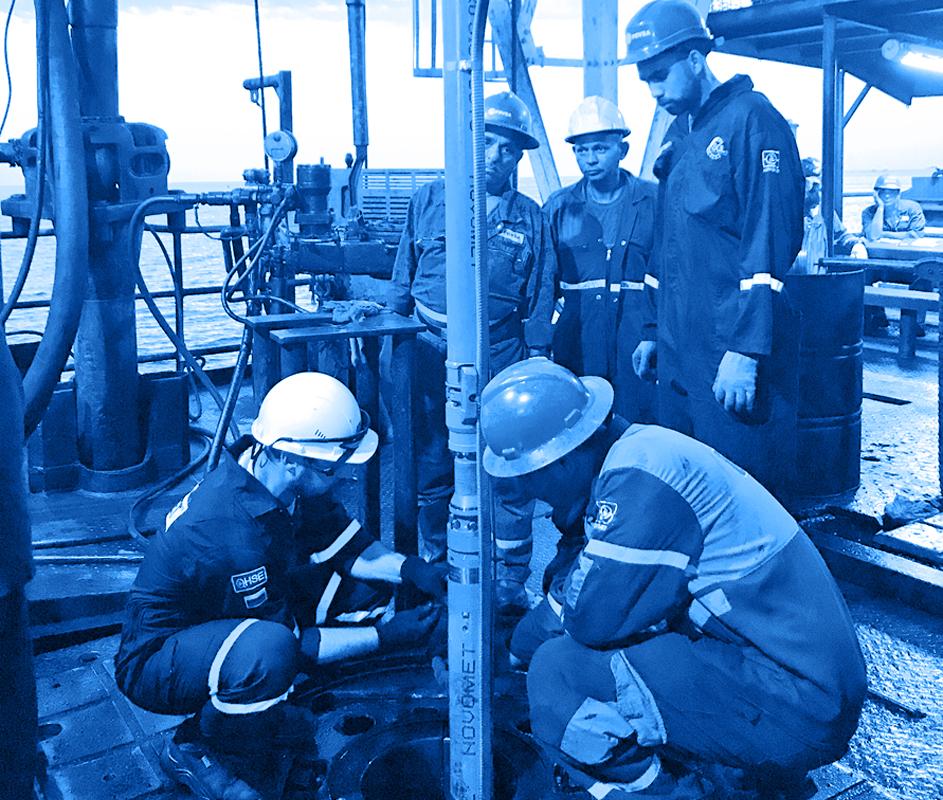 Fotografía de un piso de perforación donde se observa la instalación de una bomba cilíndrica de desplazamiento rotativo en un pozo de petróleo pesado