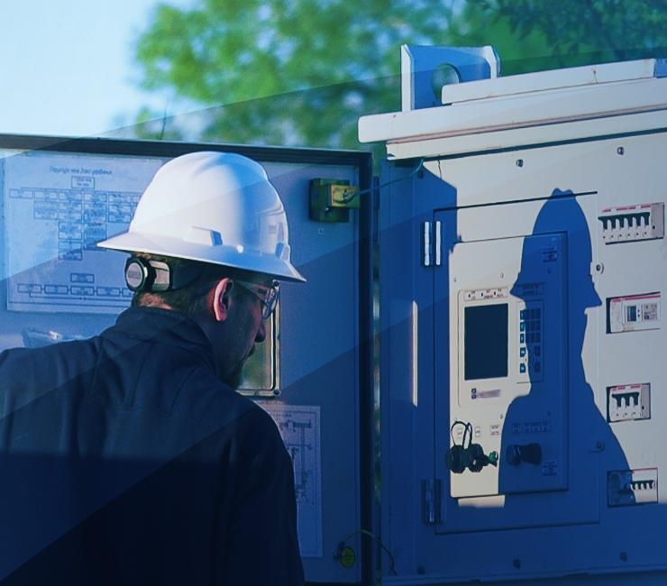 Técnico de campo utilizando el software para variadores de velocidad (software para VV) a fin de controlar una BES