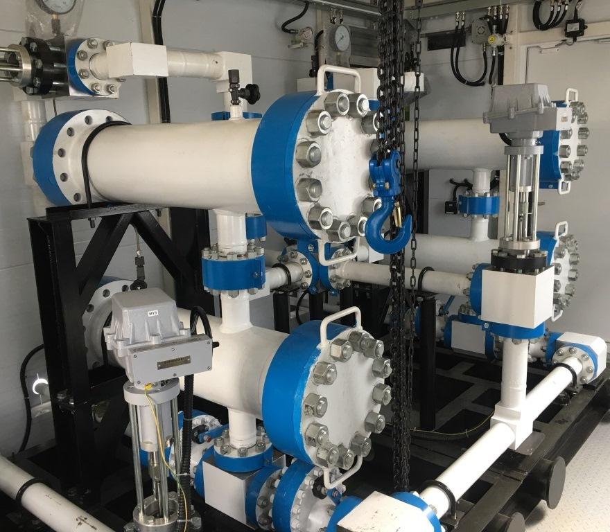 Fotografía de un sistema de tratamiento de fluidos en superficie para interiores en una instalación de bombeo