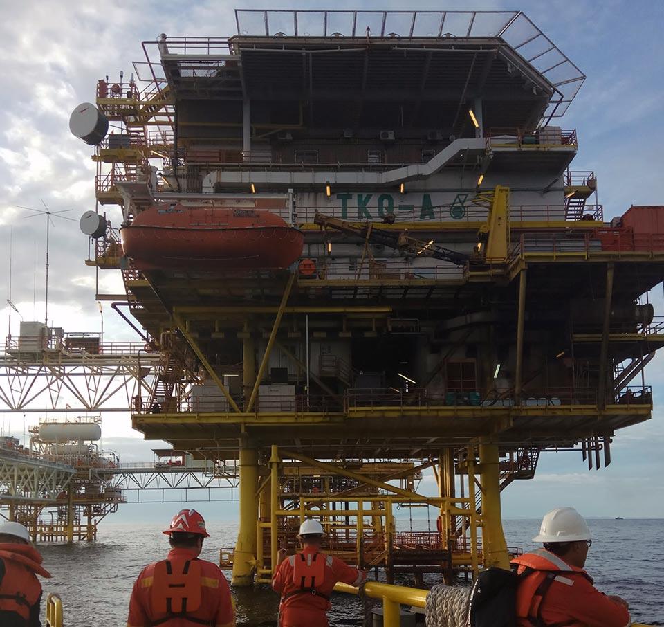 Un equipo de servicios de levantamiento artificial se prepara para abordar una plataforma petrolera